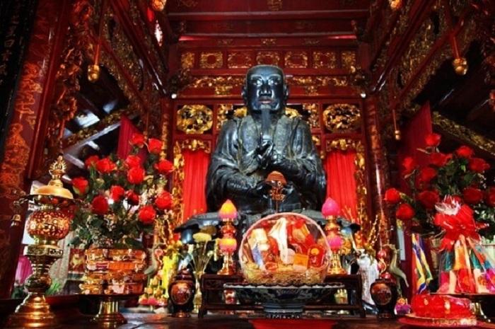 Bức tượng đồng đen ở đền quán thánh