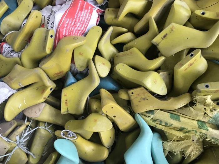 phôm giày cũ