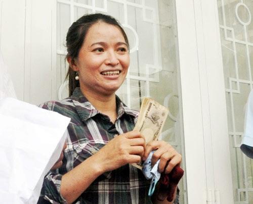 người phụ nữ ve chai nhặt được tiền